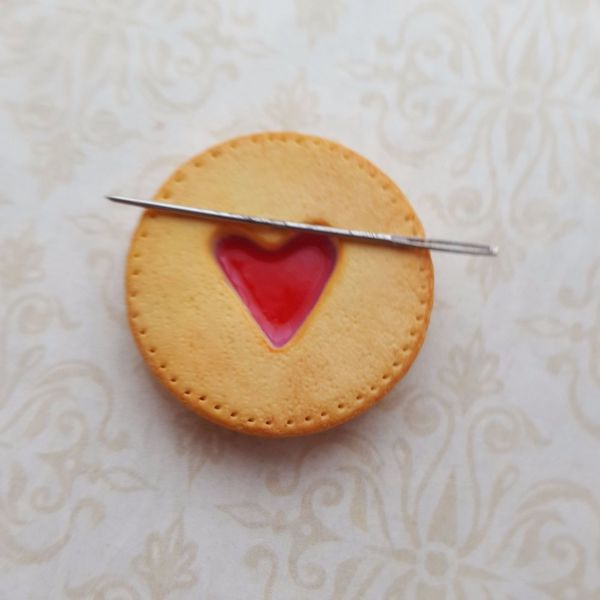 Chapel View Crafts Needle Minder - Jammy Biscuit
